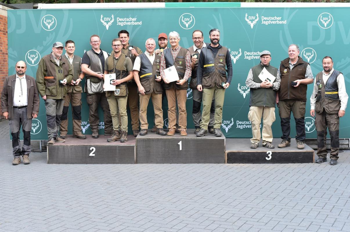 In der Mannschaftswertung des Kurzwaffenschießens gewinnt das Team aus Baden-Württemberg mit 762 Punkten. Den zweiten Platz belegt die Mannschaft aus Nordrhein-Westfalen mit 759 Punkten. Den dritten Platz sichert sich die Mannschaft aus Hessen. (Quelle: Quante/DJV)