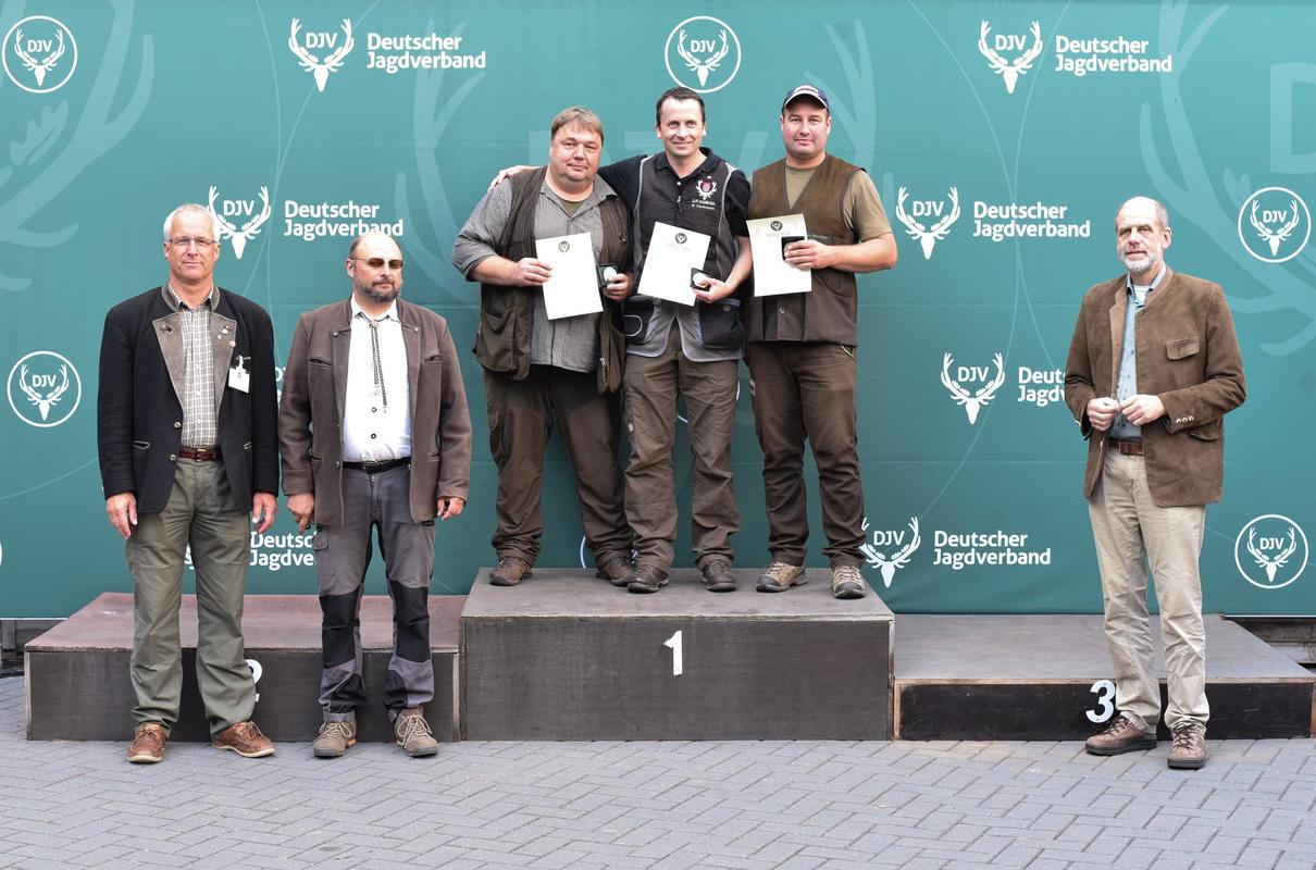 150 von 150 Punkte: Burkhard Hackmann aus Hamburg sichert sich den ersten Platz. Ebenfalls 150 Punkte mit 30 Tauben erreicht Karl-Heinz Homann aus Niedersachsen, gefolgt von Andreas Neumann aus Niedersachsen. (Quelle: Quante/DJV)