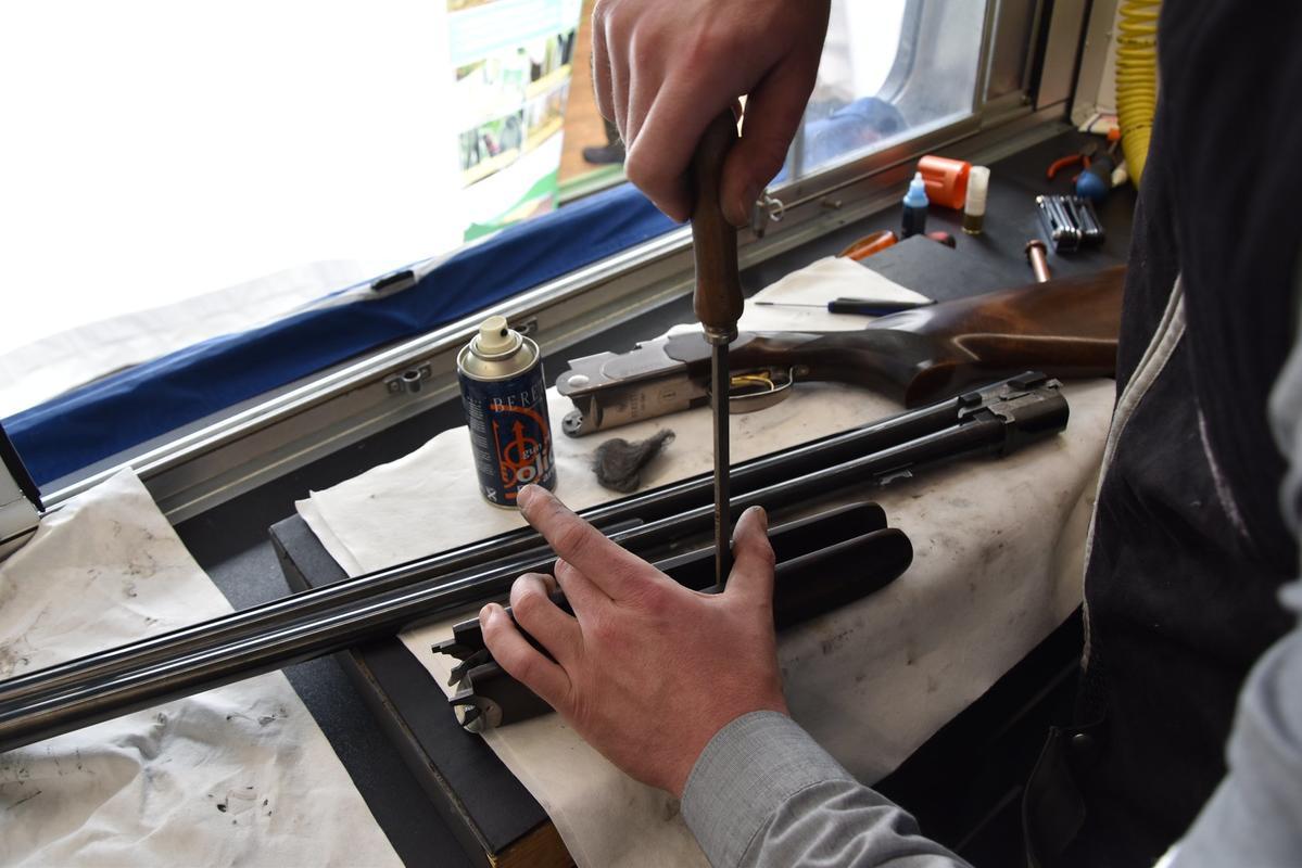 Von der einfachen Waffenreinigung bis zum Wechsel sämtlicher Ersatzteile wie Schlagbolzen oder Verschlusskeil gibt's beim Baretta-Servicewagen den Rundum-Service (Quelle: Kapuhs/DJV)