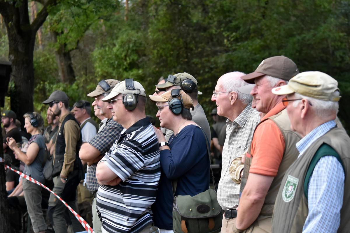 Die Besucher verfolgen gespannt das Schießen der Damen-Mannschaften. (Quelle: DJV)