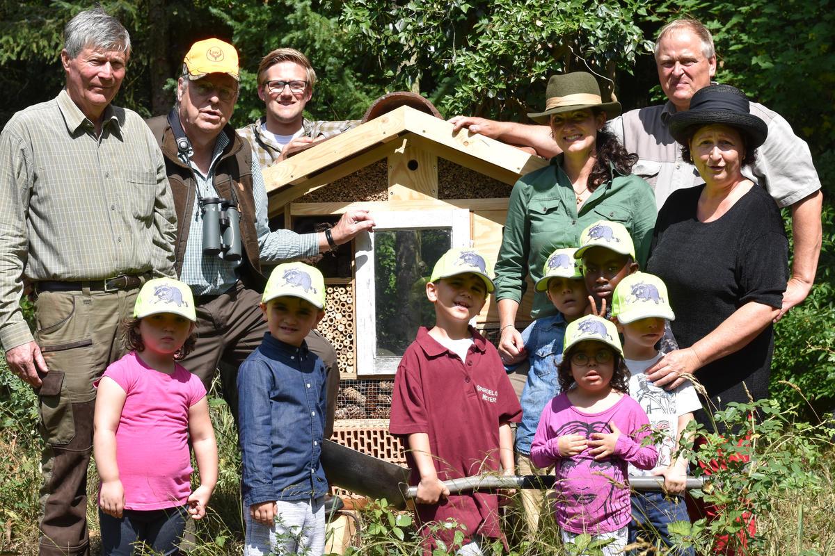 Gemeinsam stellen wir das Insektenhotel am Teich auf.  (Quelle: Kapuhs/DJV)