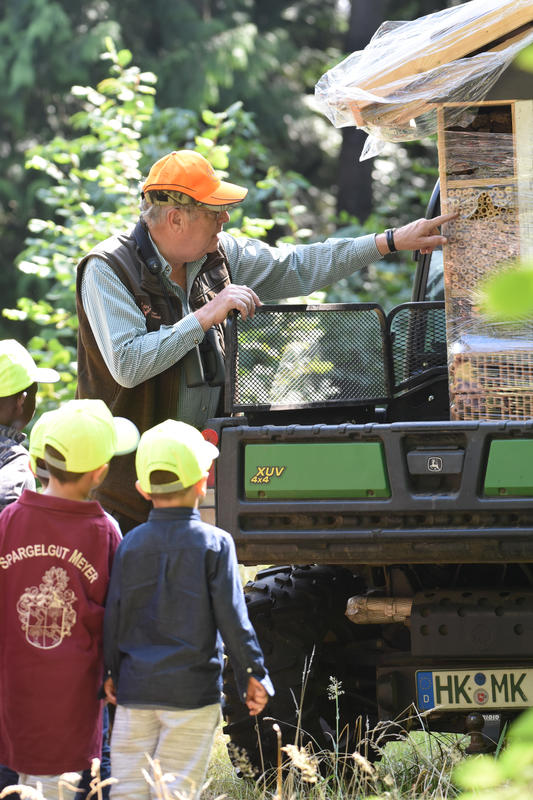 Hartwig Fischer erklärt den Kindern das Insektenhotel.  (Quelle: Kapuhs/DJV)