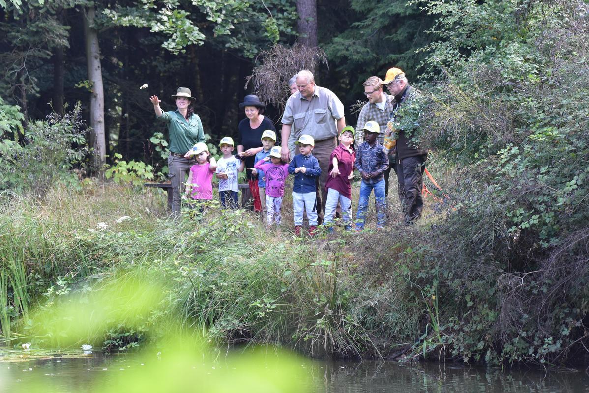 DJV-Präsident Hartwig Fischer lädt die Kinder in seinen Garten ein. Am Teich können Karpfen beobachtet werden.  (Quelle: Kapuhs/DJV)