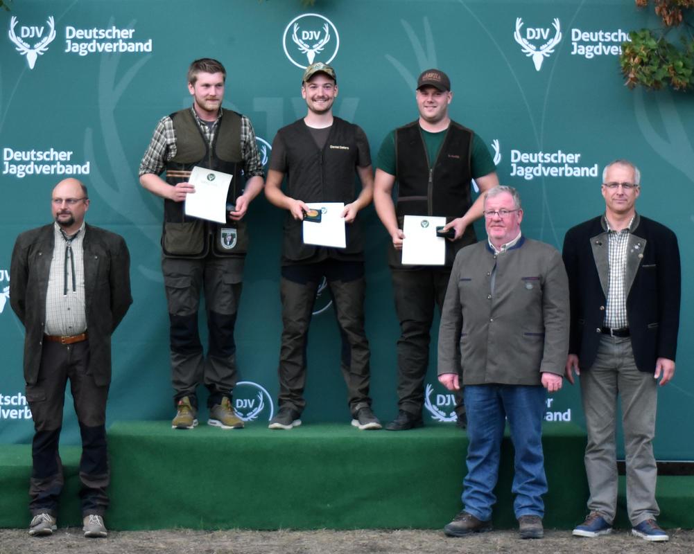 Den ersten Platz in der Juniorenklasse/Kombination belegt Daniel Deters (m.) aus Niedersachsen mit 335 Punkten vor Florian Elsenheimer (l.) und Dennis Gajek (r.) aus Brandenburg. (Quelle: DJV)