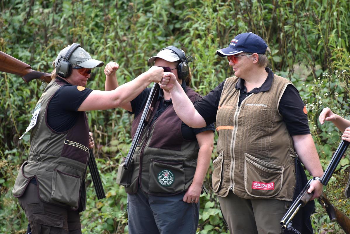 Die niedersächsische Damen-Mannschaft zeigt ihren Teamgeist. (Quelle: Kapuhs/DJV)