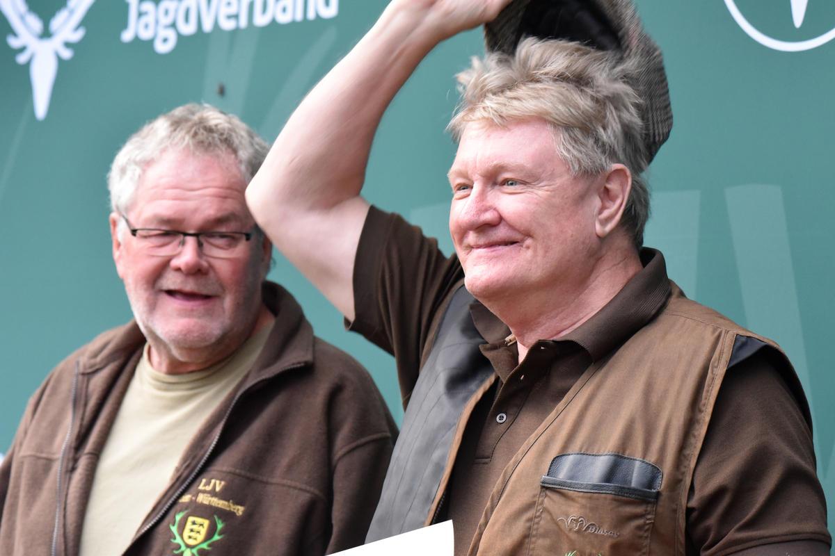 Ronald Beckhaus (r.) gewinnt mit 150 Punkten die Flintenwertung in der Seniorenklasse. (Quelle: Kapuhs/DJV)