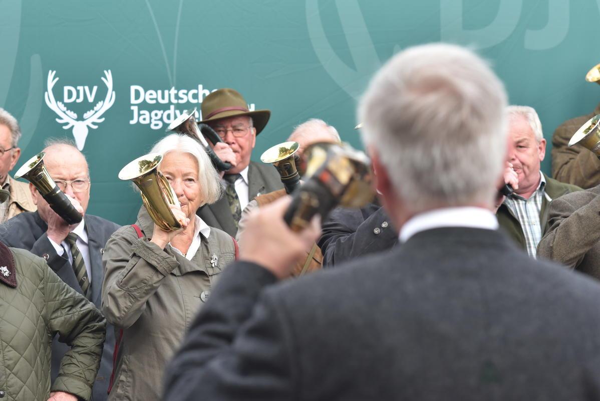 """""""Sammeln der Jäger"""" - Die Jagdhornbläser Winsen, die Bläsergruppen Wulfsen und Buchholz sowie die Bütlinger Jagdhornbläser eröffnen die #BMJS17 musikalisch. (Quelle: Kapuhs/DJV)"""