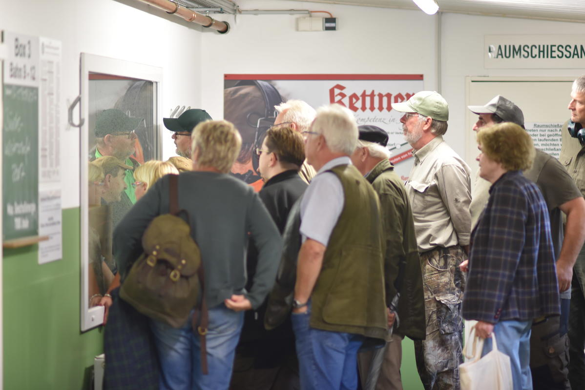 Interessierte in Erwartung der Ergebnisse am Langwaffen-Stand. (Quelle: Kapuhs/DJV)