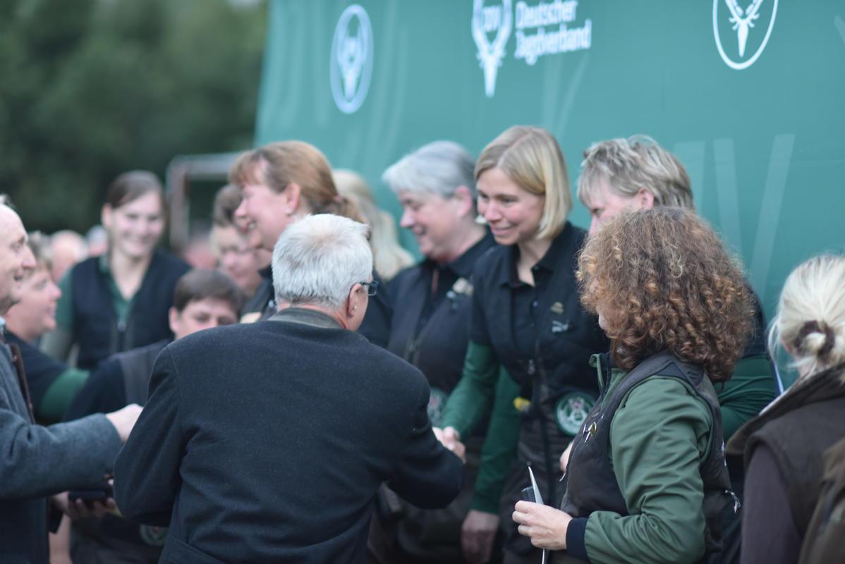 Bei der Ehrung der Damenmannschaften werden eifrig Hände geschüttelt und Gratulationen entgegen genommen. (Quelle: Kapuhs/DJV)