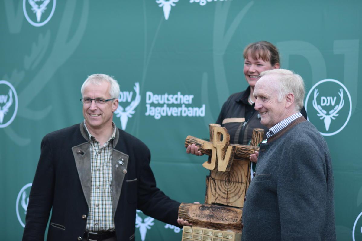 ... Ulrike Junge aus Niedersachsen! (Gewinnerin Kombination Damen) (v.l.n.r. Holger Bartels, LJ Bremen, Ulrike Junge, Jürgen Ziegler, Vizepräsident LJN) (Quelle: Kapuhs/DJV)