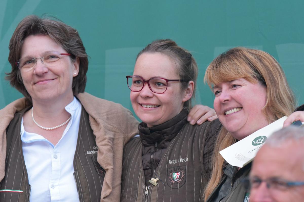 Das erste Treppche in der Damenklasse Kombination erklimmt Katja Ullrich (m.) mit 323 Punkten. Gefolgt von Kristin Sendker-Behrens mit 320 und Simone Freyermuth mit 318 Punkten. (Quelle: Kapuhs/DJV)