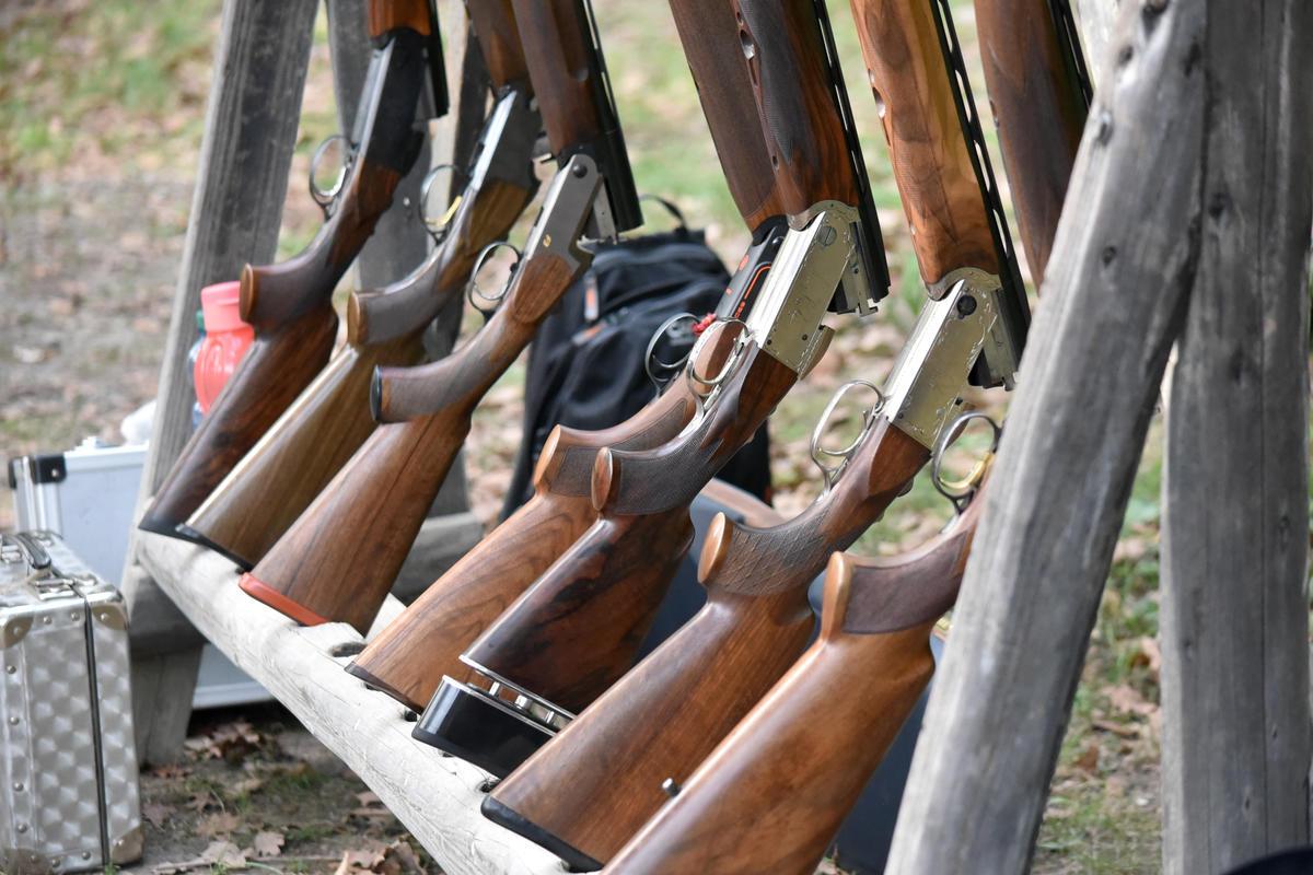 Am Skeetstand warten die Flinten auf ihren Einsatz. (Quelle: DJV)
