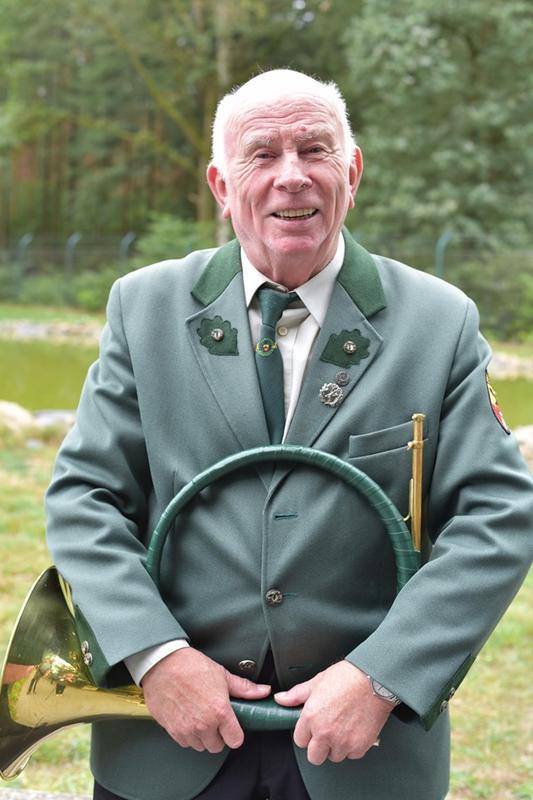 Der Loccumer Jagdhornbläser Günther Schormann eröffnete mit seiner Gruppe die 65. DJV-Bundesmeisterschaft im jagdlichen Schießen. Der 84jährige hat mit dem Hegering Vier gemeinsam geholfen den Schießstand aufzubauen und den ersten Spatenstich miterlebt. (Quelle: Kapuhs/DJV)