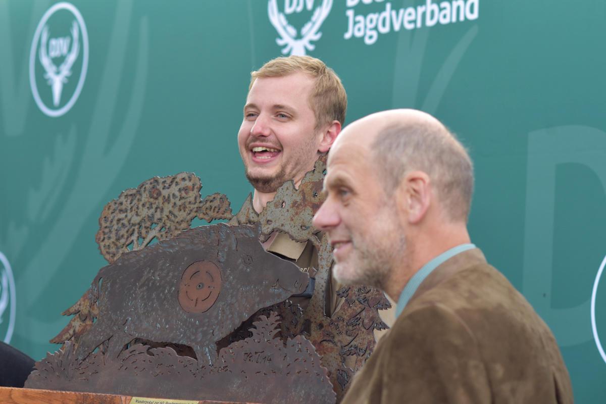 Der Sieger Philipp Sehnert mit seinem Pokal. (Quelle: Kapuhs/DJV)
