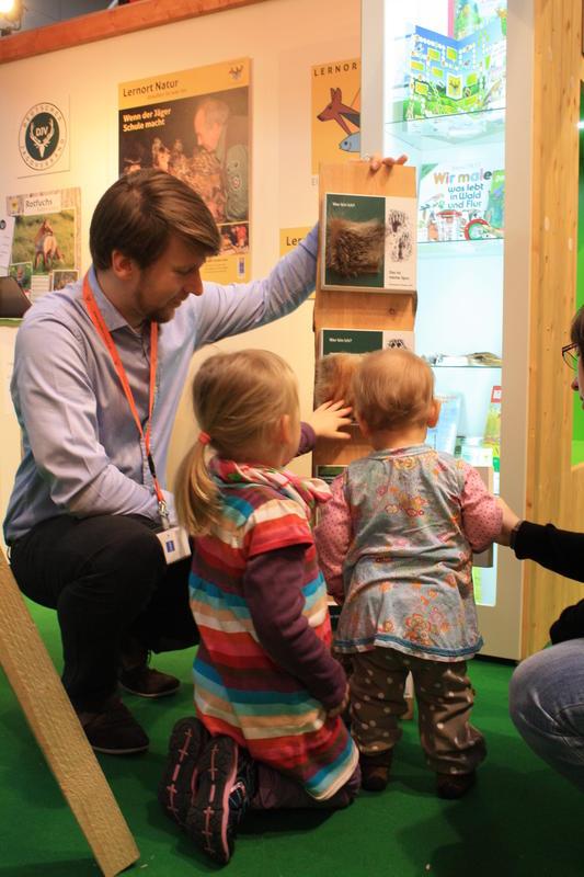 DIV-Volontär Sebastian Kapuhs erklärte den jungen Besuchern verschiedene Wildtierarten anhand des Fellbretts