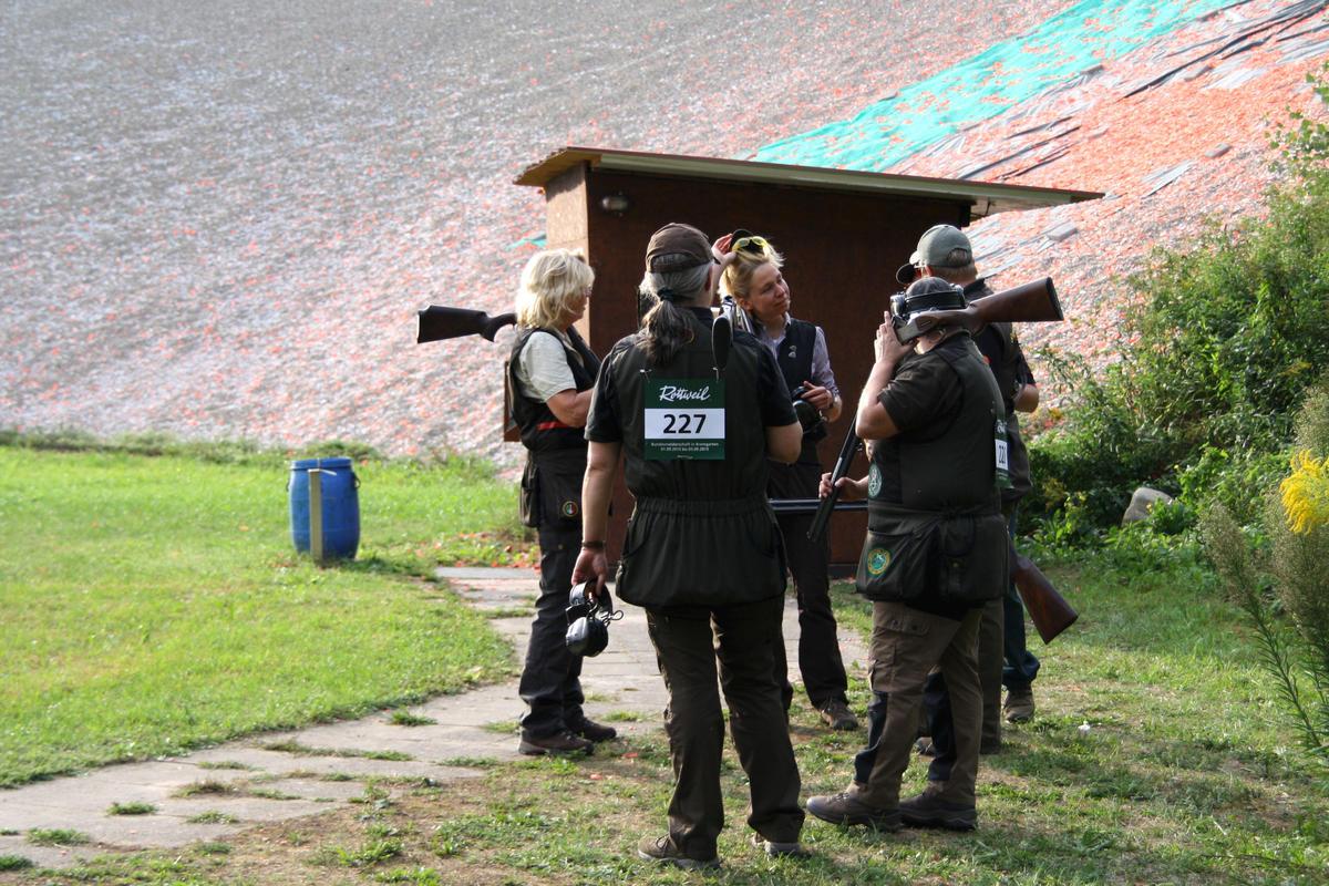 Niedersachsen Damenmannschaft, Skeet, Nach einer erfolgreichen Runde gratulieren sich die Teilnehmer.  (Quelle: Hunger/DJV)