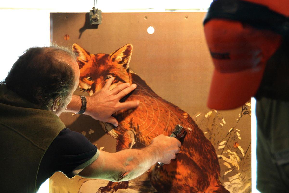 Fuchs wird für die nächste Runde vorbereitet. (Quelle: Hunger/DJV)