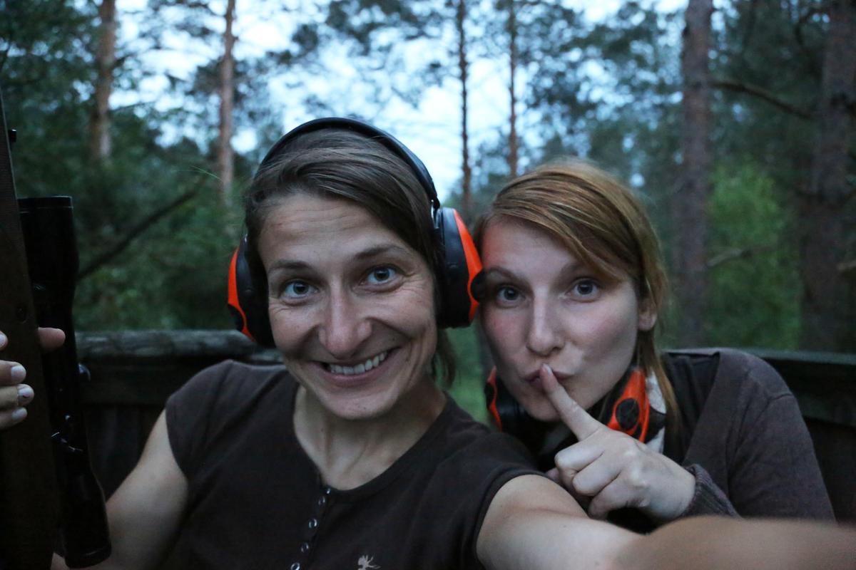 Vom Schuss bis zum Genuss: Nichtjägerin Babett Waschke begleitete DJV-Mitarbeiterin Anna Martinsohn auf den Hochsitz. (Quelle: djv)