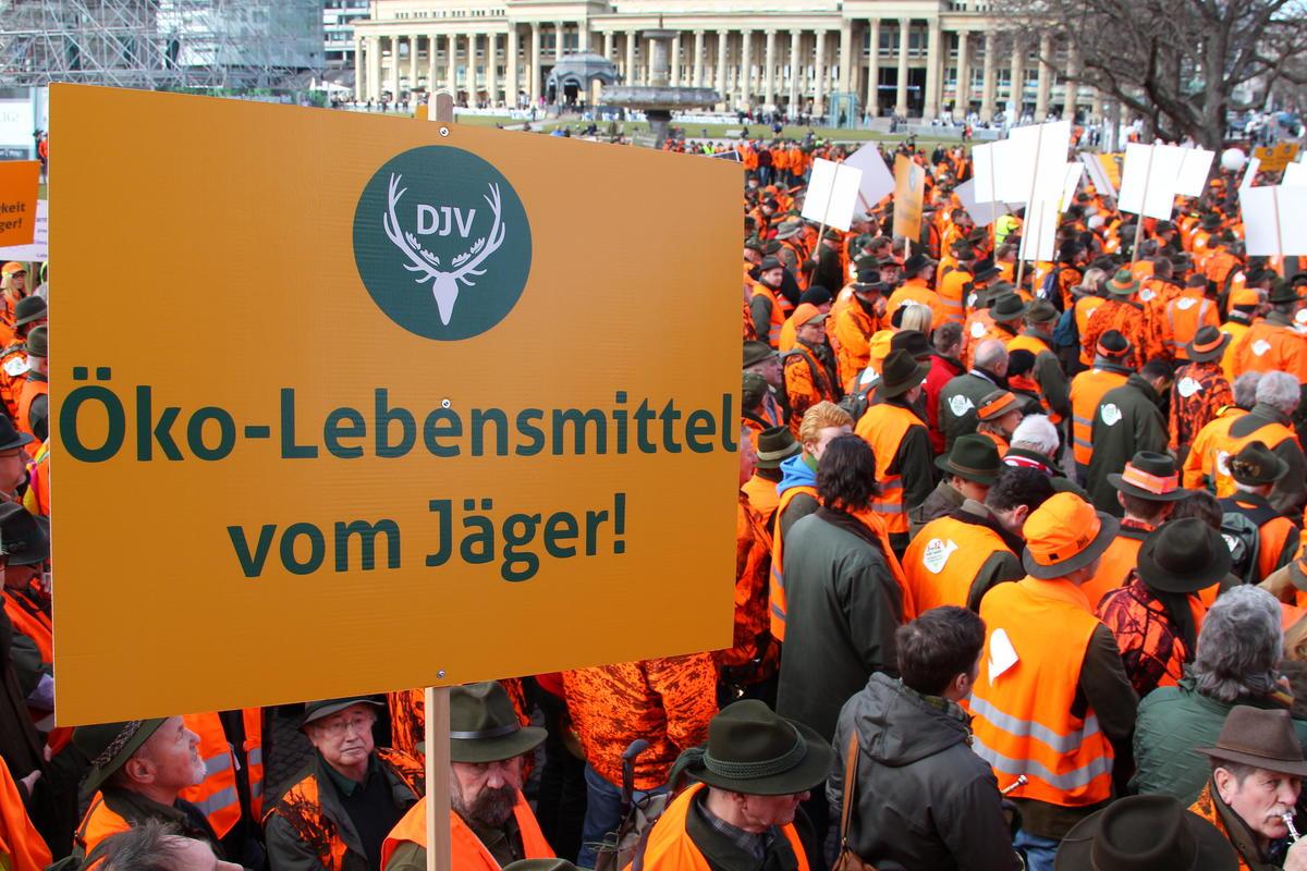 Ein orangefarbenese Protestmeer auf dem Stuttgarter Schossplatz: Mehr als 3.000 Jägerinnen und Jäger zeigen, was sie von der aktuellen Jagdpolitik halten (Quelle: below/ljv bw)