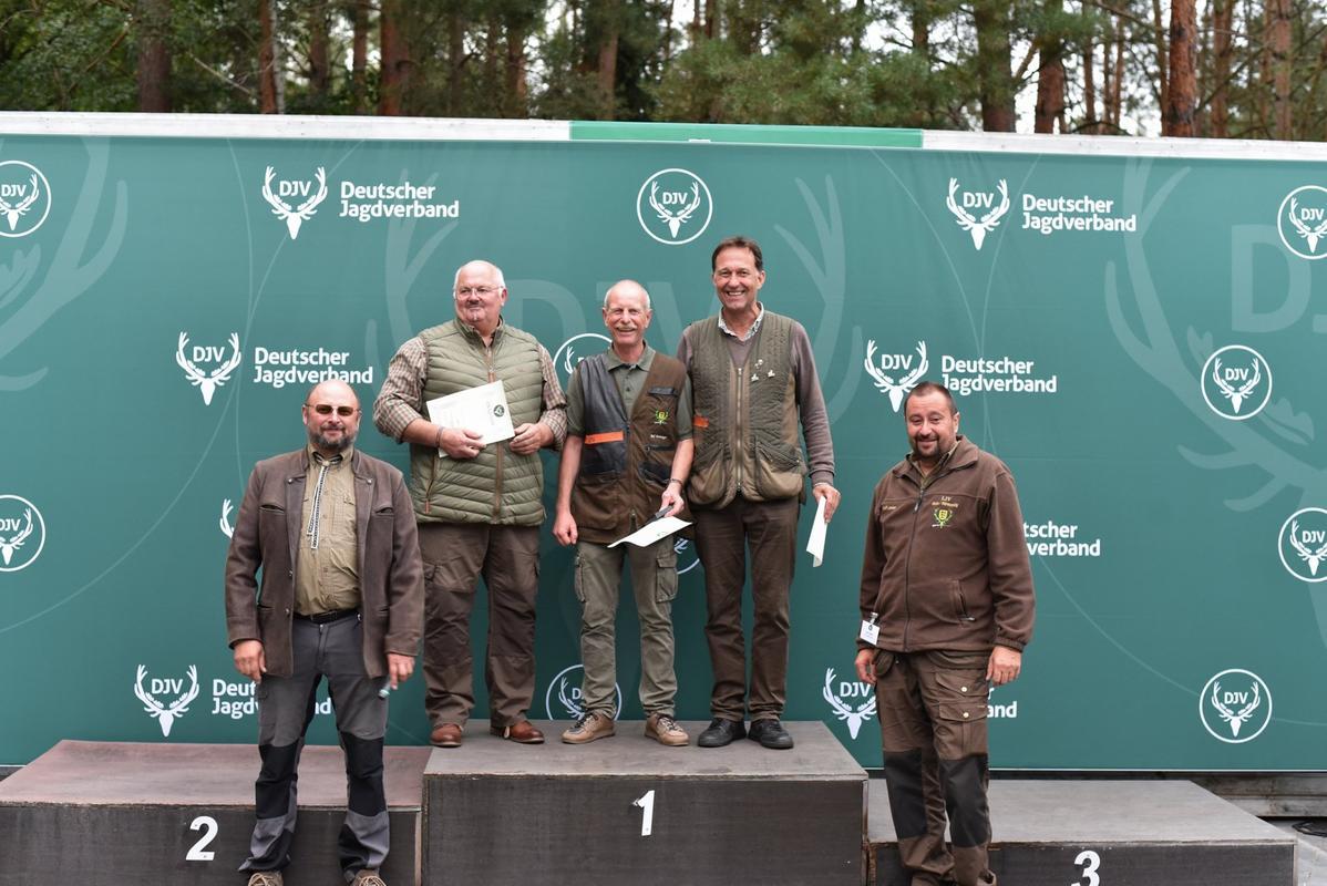 Drei Mal 150 Punkte: Ralf Berwanger aus Baden-Württemberg gewinnt mit dem besseren Flintenschuss den ersten Platz, gefolgt von Nikolaus Tieben aus Niedersachsen und Jens Dressen aus Schleswig-Holstein. (Quelle: Quante/DJV)