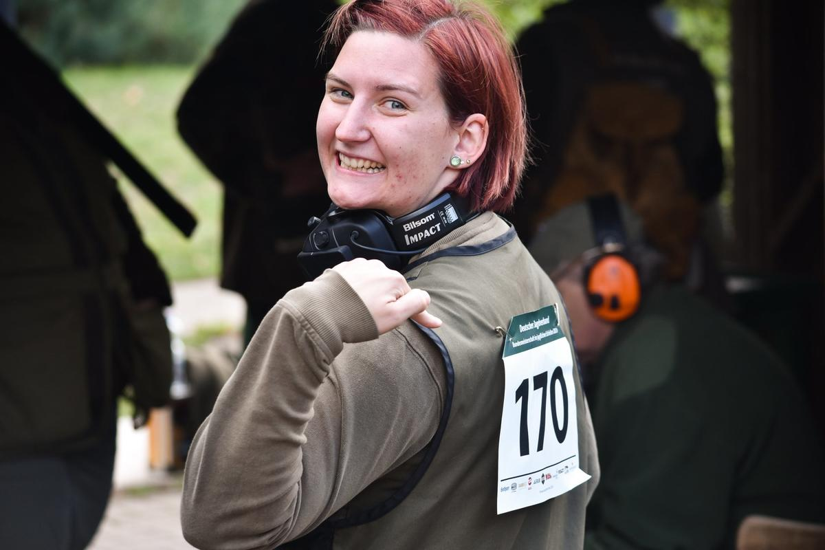 Tomke Bartels (23) kommt aus Bremen und besitzt in der vierten Generation den Jagdschein. Die Freude ist groß: Sie erhält bei ihrer zweiten Teilnahme die Schießleistungsnadel Gold. (Quelle: Quante/DJV)