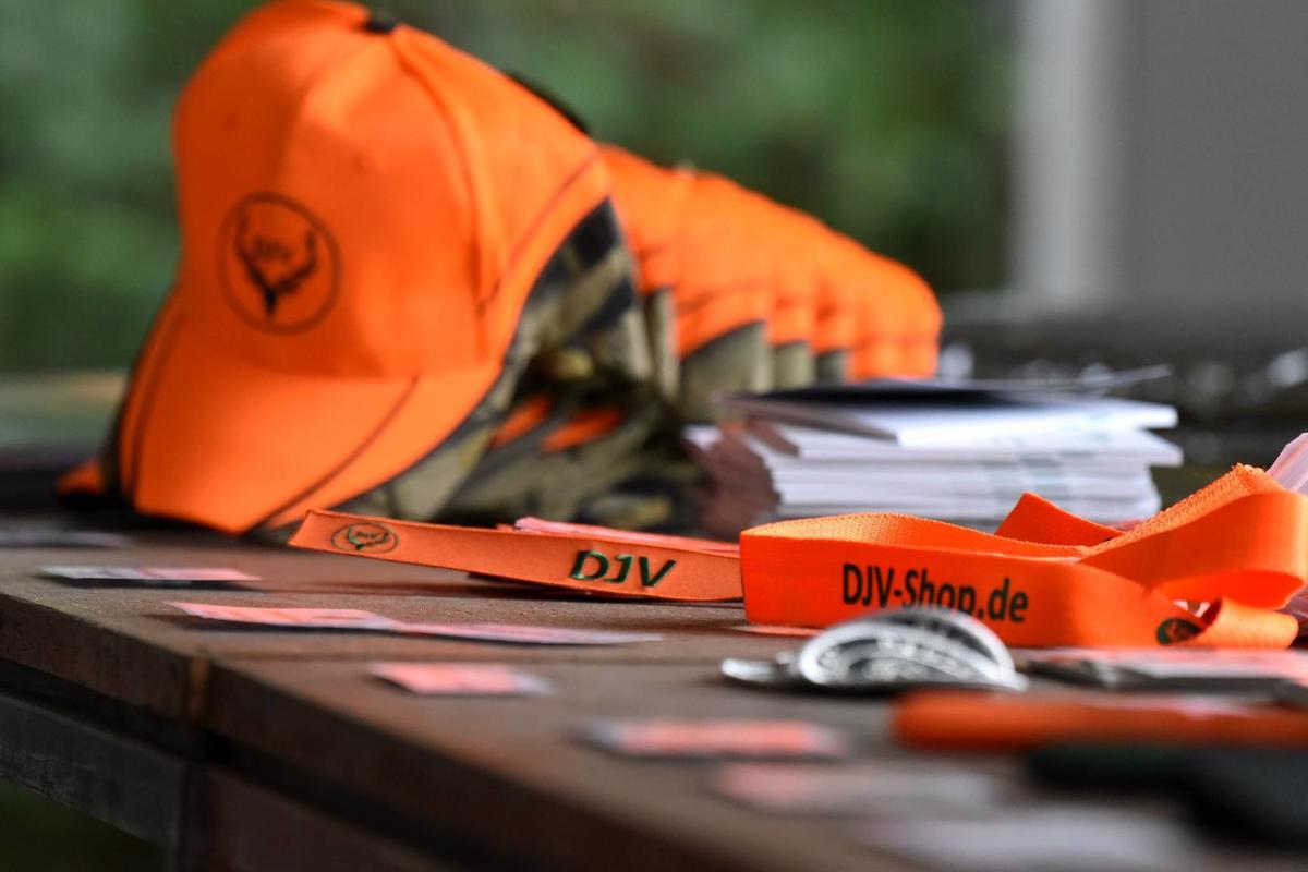 Neben Basecaps und Schlüsselanhängern werden unter anderem auch Anschlagsmarkierungen mit DJV-Branding angeboten. (Quelle: Kapuhs/DJV)