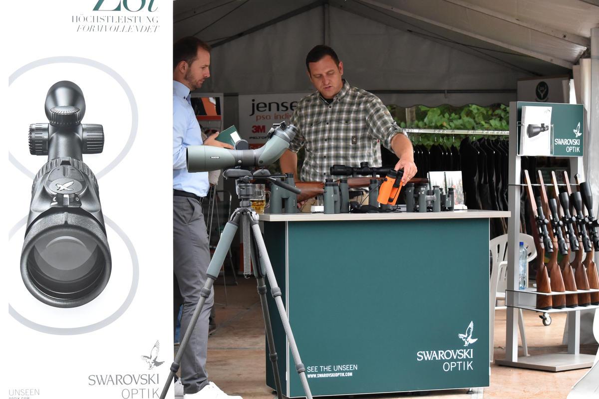 Auch DJV-Premiumpartner Swarovski ist mit verschiedenen Vorführmodellen vor Ort. (Quelle: DJV)