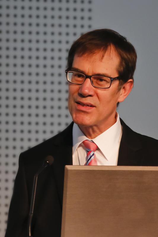 MinR Gerhard Adams (BMUB) stellt den Populationsstatus des Wolfes in Deutschland vor: