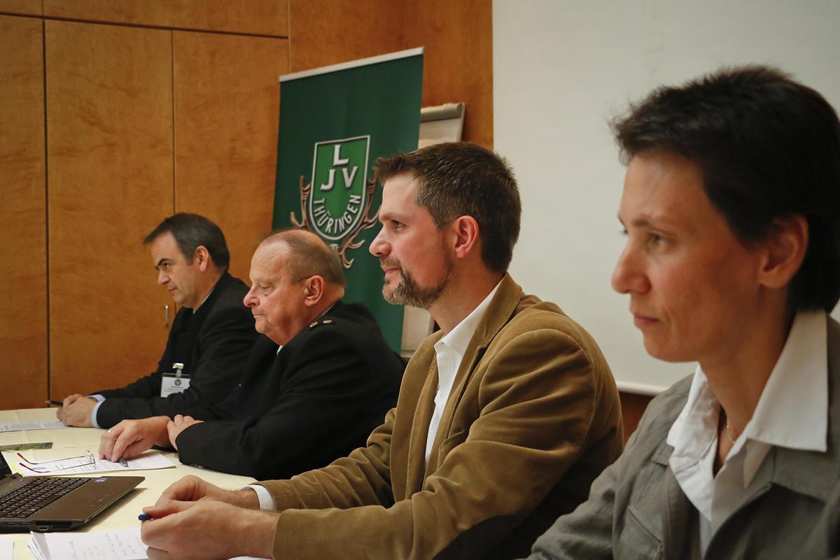 In der Pressekonferenz stellte der DJV das Eckpunktepapier zur Fangjagd in Deutschland vor. (V.l.: Thüringer Landwirtschaftsministeriumsreferent Achim Ramm, Präsident des LJV Thüringen Steffen Liebig, DJV Pressesprecher Torsten Reinwald und DJV Fangjagdexpertin Dr. Astrid Sutor)
