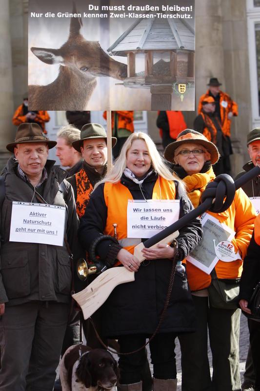Auch diese Jäger waren den Aufruf von DJV und LJV gefolgt, um in Stuttgart gemeinsam gegen die aktuelle Jagdpolitik zu demonstrieren. (Quelle: rebstock/ljv bw)